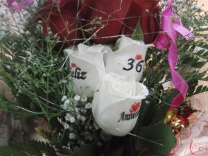 Ramo de rosas a domicilio con tatuajes en el petalo (1)