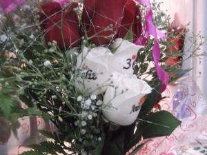Ramo de rosas a domicilio con tatuajes en el petalo (3)
