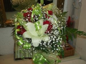 Ramo de rosas y liliums a domicilio (1)