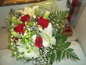 Ramo de rosas y liliums a domicilio (6)