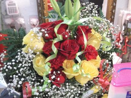 Ramo de rosas amarillas y rojas variadas